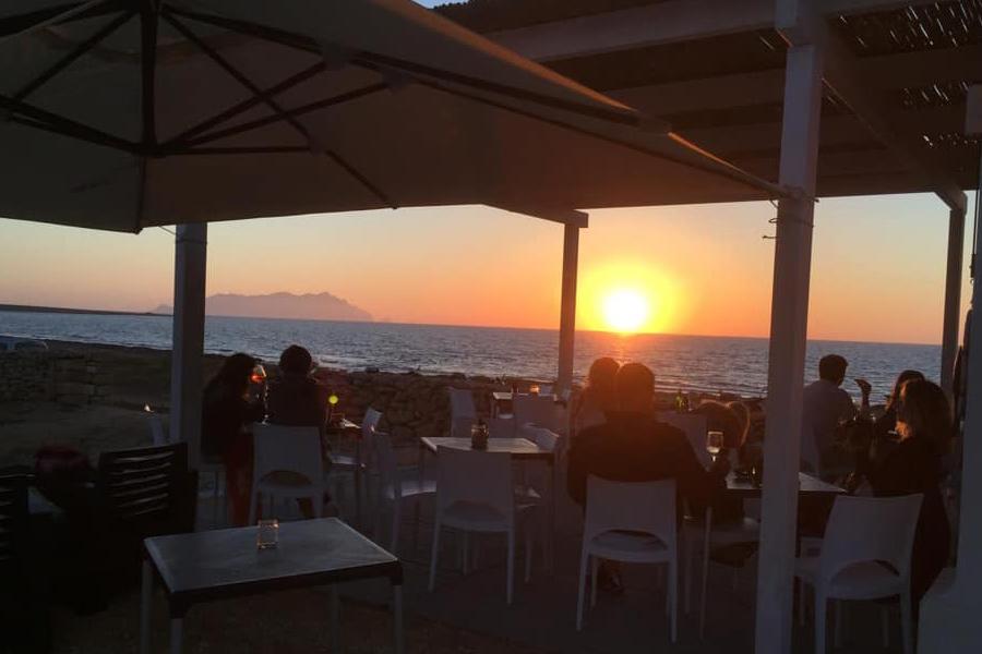 bar-happy-hour-in-spiaggia-favignana-isole-egadi